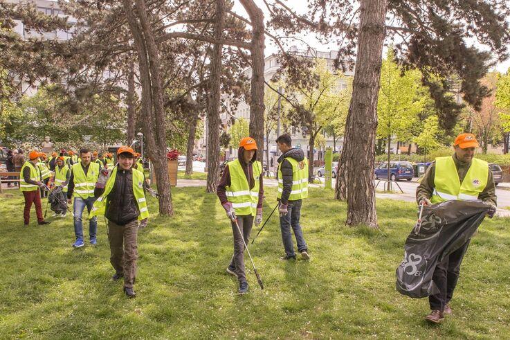 """Flüchtlinge bei der Aktion """"Wien räumt auf"""" (Bild: PID / Christian Houdek)"""