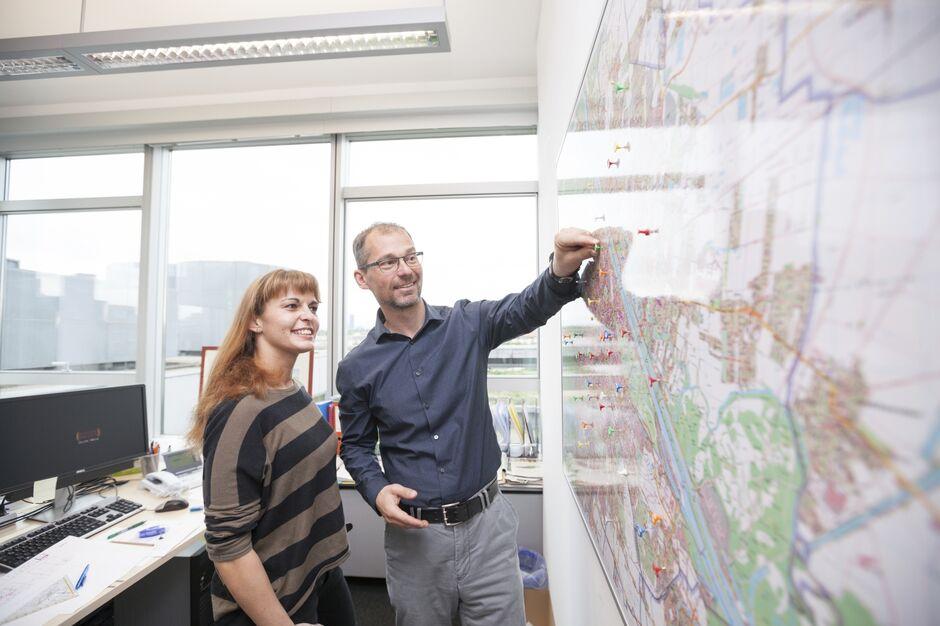 Armin Hanschitz, Leiter der Wohnplattform, mit Mitarbeiterin vor Wienkarte (Bild: FSW )