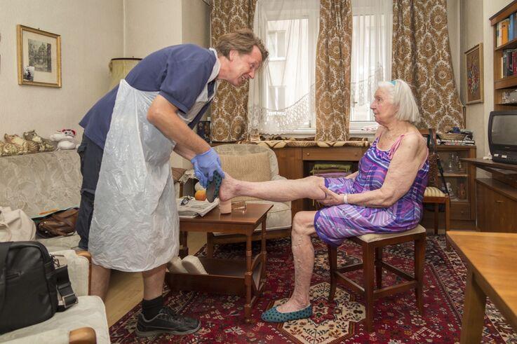Pflegeassistenz bei Kundin der Mobilen Hauskrankenpflege (Bild: FSW)