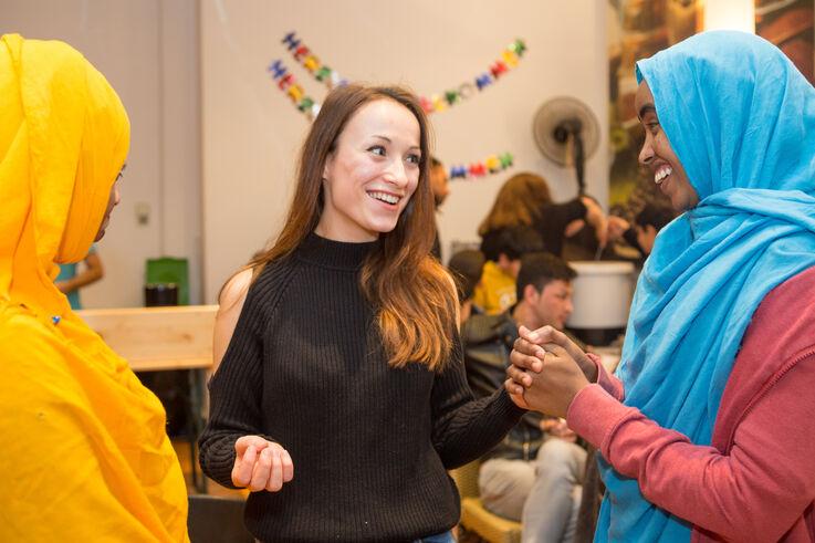 Flüchtlingsfrauen und Studentin im Gespräch (Bild: FSW)