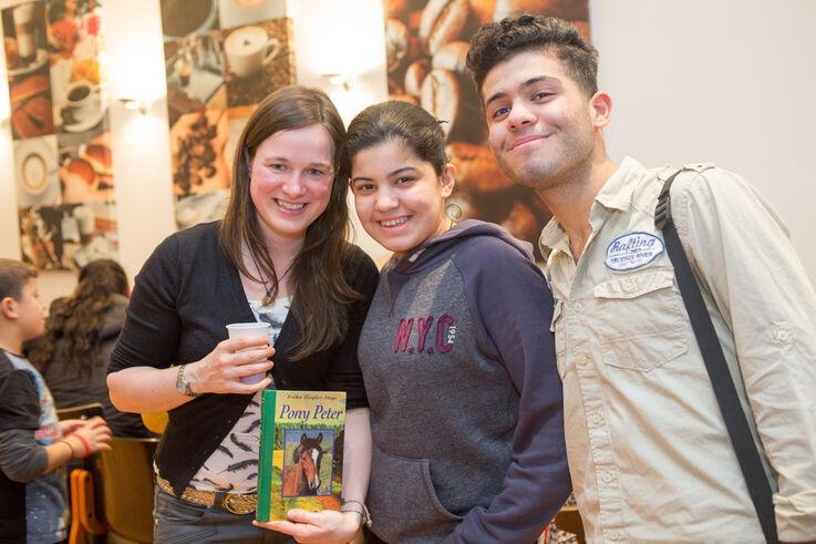 Junge Flüchtlinge mit Studentin im Sprachcafe  (Bild: FSW)