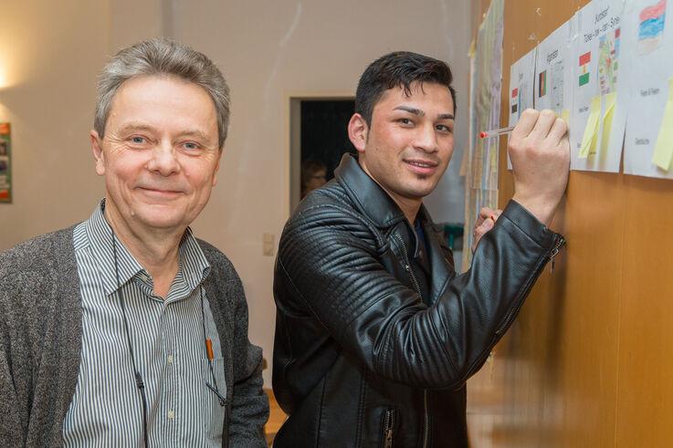Pensionist mit jungem Mann beim Deutschlernen (Bild: FSW)